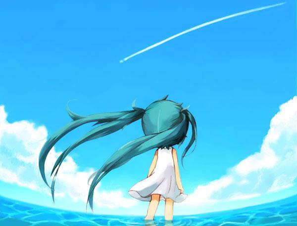 海の上で青空を横切る飛行機雲を見つめるちびきゃらなミク